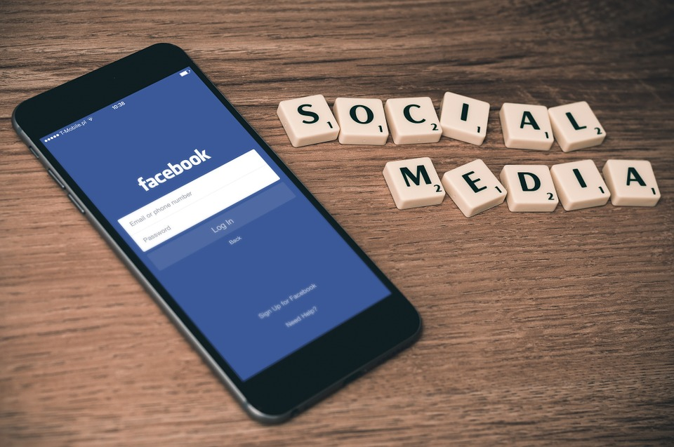 media sosial di dekat ponsel apel