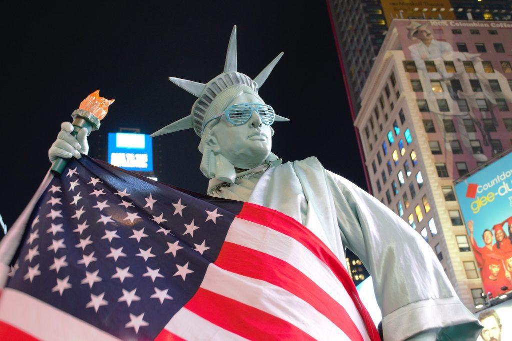 Frihetsgudinnan med USA-flaggan som driver för att göra stablecoins olagliga