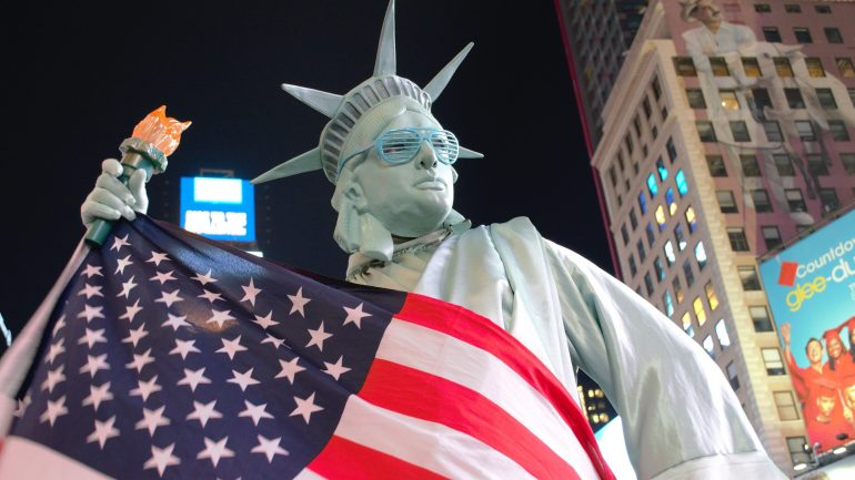 Statue of liberty with USA flag pushing to make stablecoins illegal